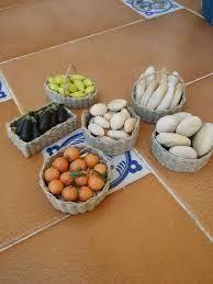 Resultado de imagen para Cestos para el Belen Polymer Clay Miniatures, Dollhouse Miniatures, Mini Doll House, Mini Foods, Doll Repaint, Fruits And Veggies, Farmers Market, Fresh Fruit, Serving Bowls