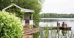 Suomalaisten lomahaaveisiin kuuluu rantasauna tai saunamökki. Meidän Mökki valitsi 10 saunaa, joilla kaikilla on mielenkiintoinen tarina. Poimi parhaat ideat! Summer Dream, Summer Time, Sauna Design, Finnish Sauna, Lakeside Cottage, Cute Cottage, House In Nature, Saunas, Little Houses