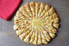 Préchauffez votre four Th.6/7 (200°C). Fouettez 2 jaunes d'oeufs avec la fécule et la crème. Faites revenir les lardons sans matière grasse seulement 2 minutes, laissez-les refroidir, mixez-les grossièrement à l'aide d'un mixeur et ajoutez-les à la crème. Déroulez la pâte à tarte et badigeonnez-la de crème aux lardons. Humectez le bord avec de l'eau et recouvrez avec la seconde pâte, soudez bien les bords.