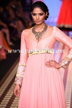 Anmol Jewellers show at the IIJW'12 this kind of neckline & simple kurta does full justice to heavy necklace