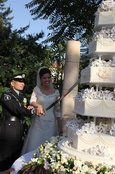 Jordan's Prince Rashid bin El Hassan and his bride Princess Zeina cut their wedding cake during a ceremony at the Bassman Palace in Amman July Princess Sofia Of Sweden, Princess Victoria Of Sweden, Crown Princess Victoria, Princess Diana Wedding, Princess Charlene, Royal Brides, Royal Weddings, Royal Wedding Cakes, Royal Cakes