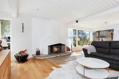 Vardagsrum med en trivsam eldstad