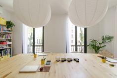 Oficinas ppt ©pptinteriorismo #diseñointerior #interiordesign #Barcelona #diseñooficinas #office #light #luz #blanco #detalles #details #plantas #green #maderadepino #amarillo #yellow #mobiliarioamedida #lanterns