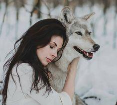 Dentro de mim existem dois lobos: O lobo do ódio e o lobo do amor. Ambos disputam o poder sobre mim. E quando me perguntam qual lobo é vencedor respondo: O que eu alimento.  Provérbio Cherokee  Foto registrada por @olga.barantseva