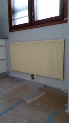 Keittiön patterin väri ja kunto eivät soveltuneet uusiin tiloihin, joten se päätettiin maalata.