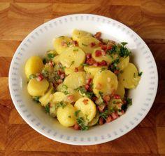 Rezept für Kartoffelsalat mit Speckdressing bei Essen und Trinken. Ein Rezept für 4 Personen. Und weitere Rezepte in den Kategorien Gemüse, Kartoffeln, Kräuter, Schwein, Hauptspeise, Beilage, Party, Kinderrezepte, Dressing / Vinaigrette, Salate, Braten, Dünsten, Kochen, Einfach, Gut vorzubereiten.