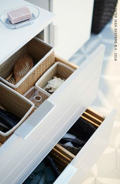 Overal handdoeken, flacons en potjes? Zorg voor orde in je badkamer met voldoende opbergruimte. Ontdek onze ideeën. #IKEABE #IKEAidee  Towels, flasks and jars everywhere? Go for order in your bathroom with enough storage space. Discover our ideas. #IKEABE #IKEAidea