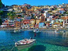 Rengarenk evleri, masmavi denizi ile Parga sizleri karşılıyor olacak.