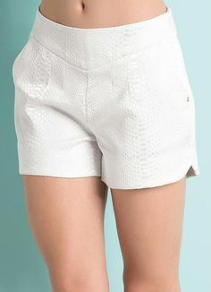 Short em jacquard                                                                                                                                                                                 Mais Short Outfits, Cool Outfits, Summer Outfits, Baby Dress Tutorials, Cute Shorts, Fashion Pants, Short Skirts, Patterned Shorts, Clothes For Women