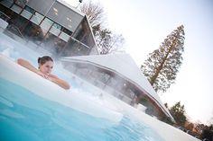 Nederland. Thermae 2OOO is een World of Wellness op de top van de Cauberg in het Zuid-Limburgse Valkenburg. Een plek waar u volop kunt genieten van de verfrissende en verzorgende kracht van thermaal water.   Het kuuroord biedt maar liefst 1200 m2 aan binnen- en buitenbaden met whirlpools, whirlbanken en onderwatermassages.  Tevens is er volop keuze uit sauna's en stoombaden, zoals de originele Finse buitensauna.