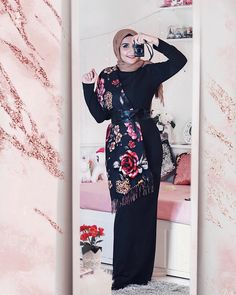 When you don't have anything to wear , basic dress and beautifully patterned scarf with belt could be the answer 💗🌸 - فستان ساده مع طرحة… Muslim Fashion, Modest Fashion, Hijab Fashion, Fashion Outfits, Fashion Clothes, Fashion Women, Hijab Dress, Hijab Outfit, Modest Outfits
