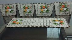 Jogo de cozinha feito de crochê com barbante de boa qualidade. Este jogo é composto de 1 trilho de mesa e 4 capas de cadeira.  A medida é de acordo da necessidade do cliente.  Trilho de mesa 1,30×0,40cm    Qual quer dúvida entre em contato com o vendedor