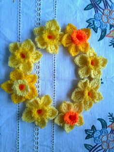 Crochet Flowers Easy Daffodil Brooch/pin - Free crochet pattern by Julie Kyle. These would look great on a spring wreath too. Crochet Puff Flower, Knitted Flowers, Easter Crochet, Crochet Flower Patterns, Knitting Patterns, Crochet Home, Diy Crochet, Crochet Crafts, Crochet Projects