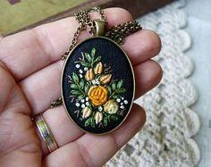 Collier Fleur d'or, brodé à la main pendentif, cadeau pour elle, collier de luxe, couture, bijoux Unique, roses.