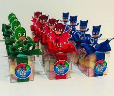 "Talita Fernandes on Instagram: ""Caixinhas acrílica com bala de goma no tema Pj Masks #bytalitaraduenz #ateliemundofesteiro #festspjmasks #personalizadospjmasks…"" Alice, Pj Mask, Frosted Flakes, Cereal, Box, Instagram, Fiestas, Giant Flowers, Snare Drum"