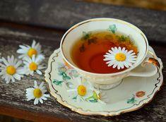 Jeder Zehnte leidet darunter, vor allem Frauen sind betroffen. Migräne ist eine neurologische Erkrankung, der schwer zu Leibe gerückt werden kann. Auch wenn sich Kräuterpfarrer Benedikt nicht als Wunderheiler versteht, gerade bei Migräne können Kräuter wahre Wunder wirken.  #kräuter #kräuterwissen #kräuterpfarrer #migräne #kopfweh Best Herbal Tea, Best Tea, Herbal Teas, Herbal Remedies, Natural Remedies, Health Remedies, Holistic Remedies, Chamomile Tea Benefits, Herbs For Sleep