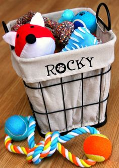 Everyone loves to buy their pet toys to play with, but where do you keep them all? Use this Sit, Stay, Play Dog Toy Bin to store your pet's play items for easy access! We never really think about organizing our pet's toys. Positive Dog Training, Best Dog Toys, Cute Dog Toys, Easy Animals, Animals Dog, Toy Bins, Best Dog Training, Dog Items, Dog Accessories