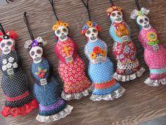 Catrina ornies in a row Diy Halloween, Halloween Quilts, Halloween Ornaments, Felt Ornaments, Halloween Stuff, Mexican Crafts, Mexican Art, Felt Skull, Impression Textile