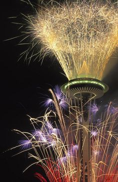 Fireworks at the Space Needle in Seattle on New Year's Eve [no photo credit found] Sylvester Party, New Year Fireworks, Fireworks Art, Wedding Fireworks, Auld Lang Syne, Evergreen State, New Year Celebration, Christmas And New Year, Funny Christmas