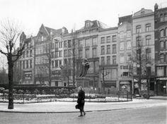 De besneeuwde Grote Markt met het standbeeld van Erasmus, Rotterdam 1940.