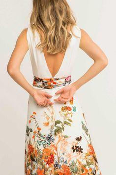 Comprar online vestidos largos de boda blancos con estampado de flores y fajin drapeado ajustado a la cintura para invitada de boda de tarde o boda de noche