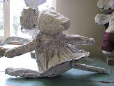 balletmuis muizen met een menselijk trekje: opgebouwd uit proppen krantenpapier en dan met houtpulp en acrylverf bewerkt.  Op een sokkel gezet indien nodig Reinhilde Debruyne