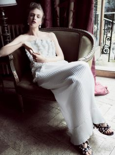 платье из крепдешина, сандалии из кожи ящерицы, декорированные кристаллами, серьги с белыми бриллиантами и жемчугом, Givenchy Haute Couture by Riccardo Tisci