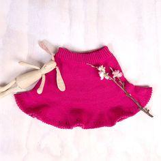 Dette nydelige danseskjørtet strikkes ovenfra og ned. Det er enkelt å strikke og vidden nede gir en super sving-effekt – perfekt for den som er glad i å danse. Skjørtet på bildet er strikket i fargen Fuchsia Rose, men garnpakken kommer i mange flere farger. Garnet er Zarina – et italiensk kvalitetsgarn i merinoull som kan maskinvaskes. Strikkes på pinner 2.5 og 3.0. Trenger du strikkepinner? Bestill i tillegg her. The post Bluum strikk – Danseskjørt i Zarina appeared first on Bluum. Tree Skirts, Holiday Decor, Rose, Dance In, Threading, Pink, Roses
