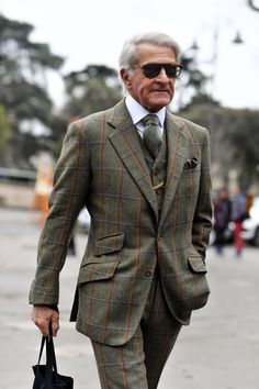 Pitti Uomo has long had a reputation for celebrating fine tailoring, sharp suits and the men who love to wear them. Check out the best looks from the streets of Pitti Uomo Gents Fashion, Fashion Moda, Suit Fashion, Older Mens Fashion, Best Mens Fashion, Sharp Dressed Man, Well Dressed Men, Cool Street Fashion, Street Style
