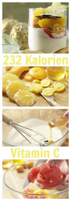 Fruchtig-leichtes Highlight für ein festliches Feiertagsmenü: Feiner Zitrussalat auf Joghurt-Vanille-Creme |http://eatsmarter.de/rezepte/feiner-zitrussalat#recipe-tabs