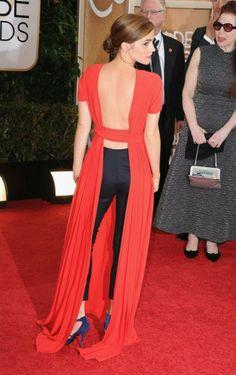 """Emma Watson in un abito rosso con scollatura """"esagerata"""" e skinny neri sotto di Christian Dior S.A.."""