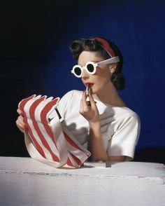 Muriel Maxwell, American Vogue, 1939 by Horst P. Horst (Horst: Photographer of Style: V&A (Victoria & Albert Museum) 6 Sep 2014 – 4 Jan 2015 - Exhibition) Vintage Vogue, Moda Vintage, Vintage Fashion, 1940s Fashion, Paris Vintage, Vintage Glamour, Victoria And Albert Museum, Hollywood Glamour, Old Hollywood