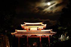 ☆共和AMELナイスショット!☆  7/31(金)沖縄県首里城で見られた 「ブルームーン」の写真をお届け します^o^  1ヶ月の間に2回目の満月がめぐって くるという「ブルームーン」と呼ばれる 現象は数年に1度しかない珍しい天体現象 とのこと。  世界には「ブルームーン」を見ると 幸せになれるという言い伝えも あるそうです♫  [共和薬品工業URL] http://www.kyowayakuhin.co.jp/
