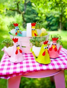 Kikerikiii and Gack gack gack. Here come the cress chicks. A perfect bast . Kikerikiii and Gack gack gack. Here come the cress chicks. A perfect handicraft for Easter. Easter Art, Easter Crafts, Easter Eggs, Diy For Kids, Crafts For Kids, Arts And Crafts, Egg Carton Crafts, Cute Chickens, Diy Crafts To Do