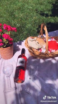 Romantic Picnic Food, Picnic Date Food, Picnic Time, Picnic Foods, Picnic Ideas, Picnic Parties, Picnic Recipes, Picnic Party Decorations, Picnic Drinks