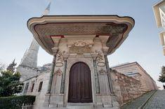 İmarethane   Ayasofya Müzesi-Ayasofya İmarethanesi, Sultan I. Mahmud (1730-1754) tarafından 1743 yılında Ayasofya'nın kuzeydoğusuna, yoksul ve kimsesizlere yiyecek dağıtmak için yapılmış hayır kurumudur. İmarethanede değişik tarihlerde yapılan onarımlar sırasında, kapıların üzerine onarım kitabeleri yazılmıştır. İmarethanenin Bab-ı Hümayun tarafına bakan büyük merasim kapısı barok üslubun, İstanbul'daki en güzel örneklerindendir. Bu kapı üzerinde Hattat Beşir tarafından yazılmış, 1155…