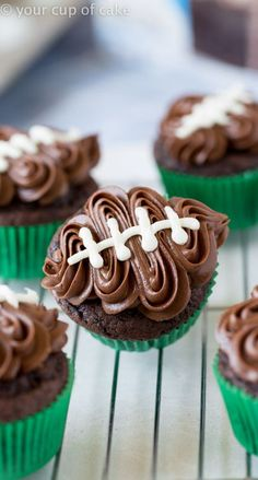 Easy Football Cupcakes with a video to show you how to decorate! Easy Football Cupcakes with a video to show you how to decorate! Football Cupcakes, Football Party Foods, Football Food, Football Desserts, Kid Cupcakes, Football Parties, School Cupcakes, Football Treats, Holiday Cupcakes