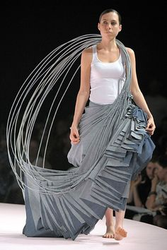 --- because hula hoops. uncredited, from the Royal Academy of Fine Arts - Artesis Hogeskool Antwerpen 3d Fashion, Weird Fashion, Fashion Details, Runway Fashion, High Fashion, Fashion Show, Fashion Design, Origami Fashion, Textile Manipulation