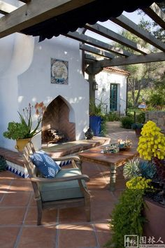 White spanish backyard fireplace - Home Decorating Trends - Homedit Spanish Style Homes, Spanish House, Spanish Tile, Spanish Style Bathrooms, Spanish Style Interiors, Spanish Style Decor, Spanish Revival Home, Patio Pergola, Backyard Patio