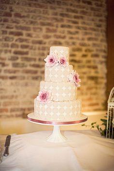 Bolo de casamento branco com bolinhas bege e rosas degradê. Foto: Rubistyle.
