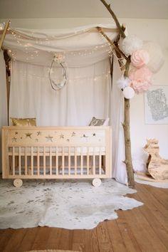 fabelhaftes-babzbett-mit-himmel-und-lichterkette-babyzimmer