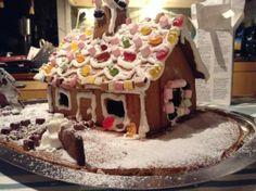 Söpöön piparkakkutaloon muuttikin lepakoita tapuliin ja lumihuppuinen, ehkä hieman kärähtänyt joulukuusi pelottelee vieraat jo pihalla... - by Helena -- Piparkakku, Joulu, Gingerbread, Christmas