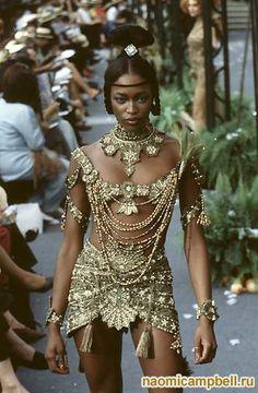 Наоми Кэмпбелл в одежде от John Galliano на показе Christian Dior Haute Couture сезона Осень 1997 г.
