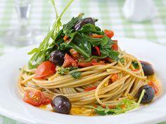 Spaghetti mit Rucola und schwarzen Oliven