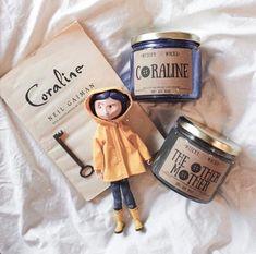Coraline & The Other Mother Combo pack Velas de Cera de Coraline Movie, Coraline Art, Coraline Jones, Coraline Aesthetic, Laika Studios, Other Mothers, Doja Cat, Neil Gaiman, Soy Wax Candles