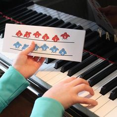The Birds Fingering Flashes printable piano teaching aid by Anne Crosby Gaudet at Music Discoveries