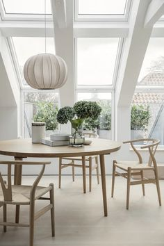 Fra kedeligt loft til Newyorkerloft Dining room with Y Chairs designed by Hans Wegner and a beautiful light. Plywood Furniture, Design Furniture, Chair Design, Modern Furniture, Dining Nook, Dining Room Lighting, Dining Room Design, New Yorker Loft, Casual Dining Rooms