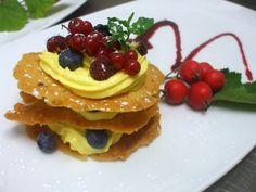 Millefoglie con croccante, crema chantilly e frutti di bosco