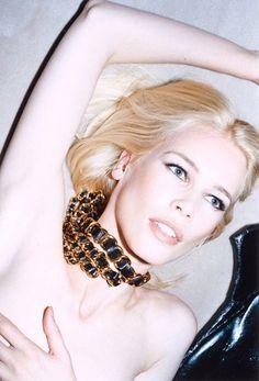 """(Claudia Schiffer) """"Glamazons"""", also glamouröse Amazonen - so sieht Katja Rahlwes die Frauen auf ihren Fotografien. """"Femme intense"""", also als intensive, starke Frau - und eine Art Gegenentwurf zur """"Femme fatale"""", die als unmoralische Verführerin dem Mann das Glück verspricht. Ihre """"Femme intense"""" ist kein Pinup, sie ist eine unabhängige, kontrollierte Frau."""