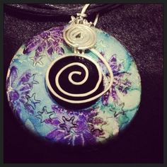 Pendant made with a washer, homemade alcohol ink and hammered wire. Wire Wrapped Jewelry, Wire Jewelry, Pendant Jewelry, Jewelry Crafts, Beaded Jewelry, Jewelery, Jewelry Ideas, Alcohol Ink Jewelry, Alcohol Ink Crafts